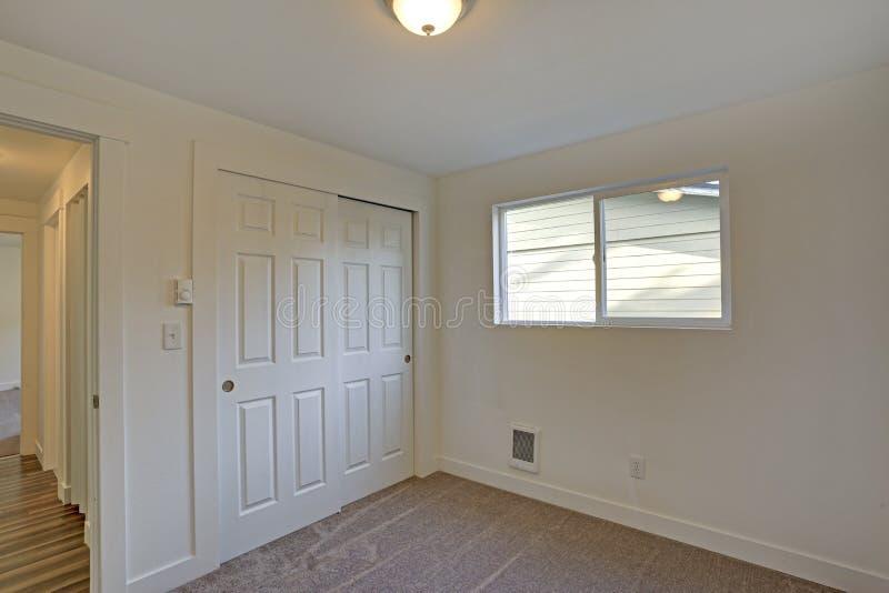 Intérieur vide de pièce avec construit dans le cabinet et la moquette photographie stock