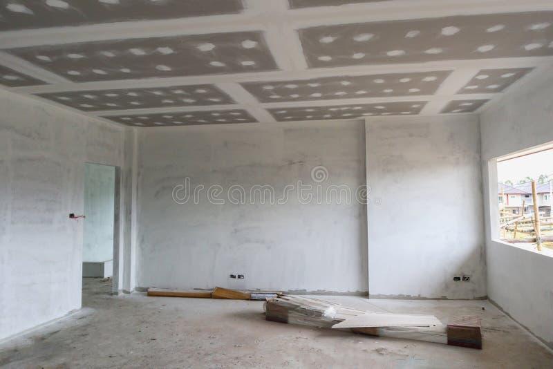 Intérieur vide de pièce avec le plafond de panneau de gypse à la construction SI images libres de droits