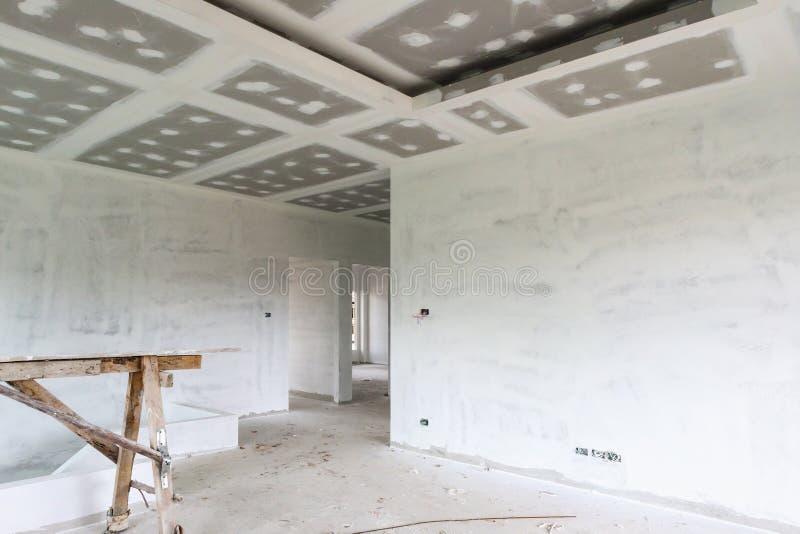 Intérieur vide de pièce avec le plafond de panneau de gypse photographie stock