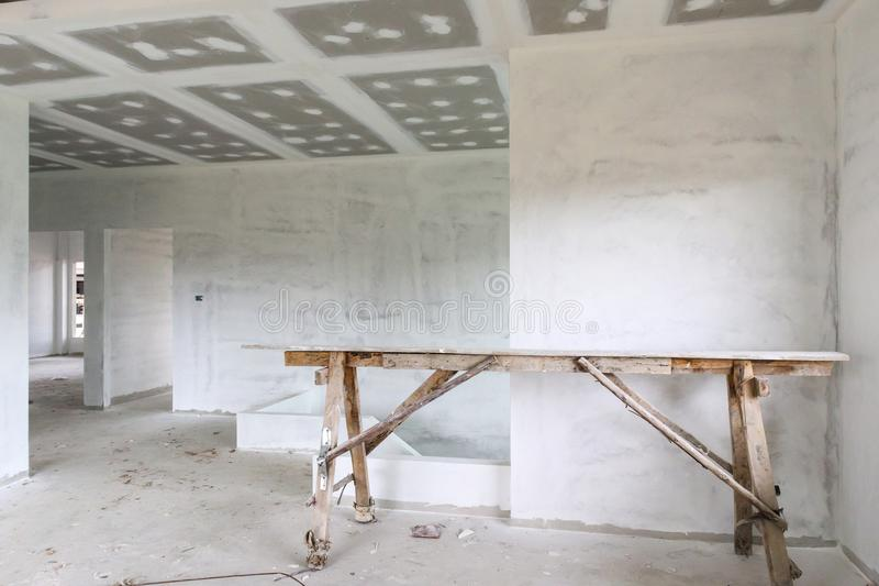 Intérieur vide de pièce avec le plafond de panneau de gypse photo libre de droits