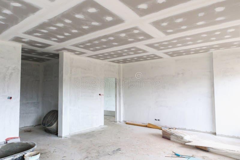 Intérieur vide de pièce avec le plafond de panneau de gypse images stock
