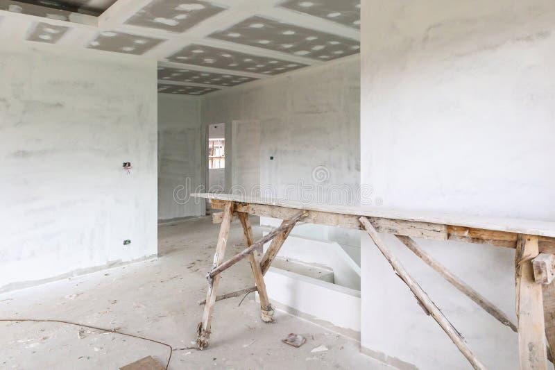 Intérieur vide de pièce avec le plafond de panneau de gypse photos stock