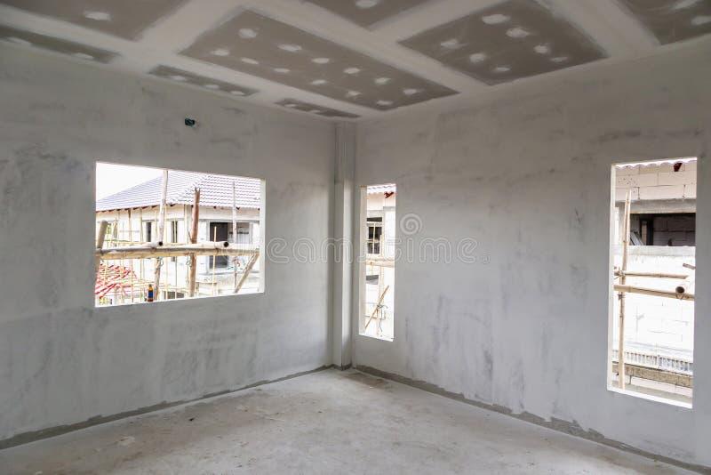 Intérieur vide de pièce avec le plafond de panneau de gypse photo stock