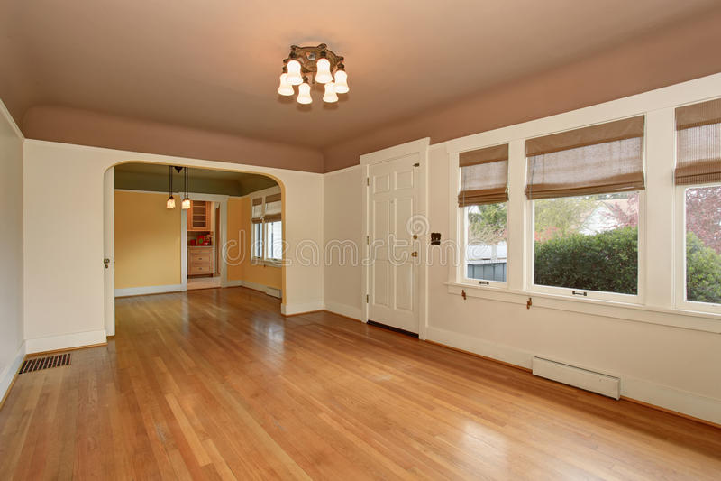 Intérieur vide de salon avec le plafond et le plancher en bois dur de moka images stock