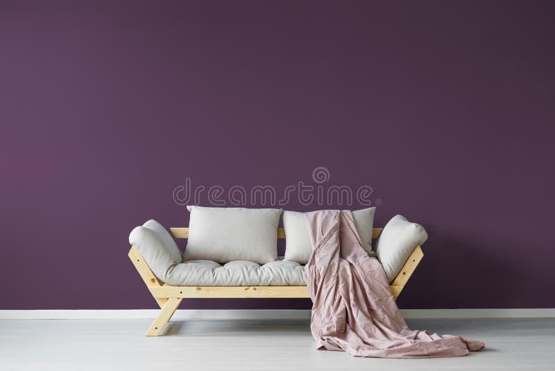 Intérieur violet de pièce de jour photographie stock libre de droits
