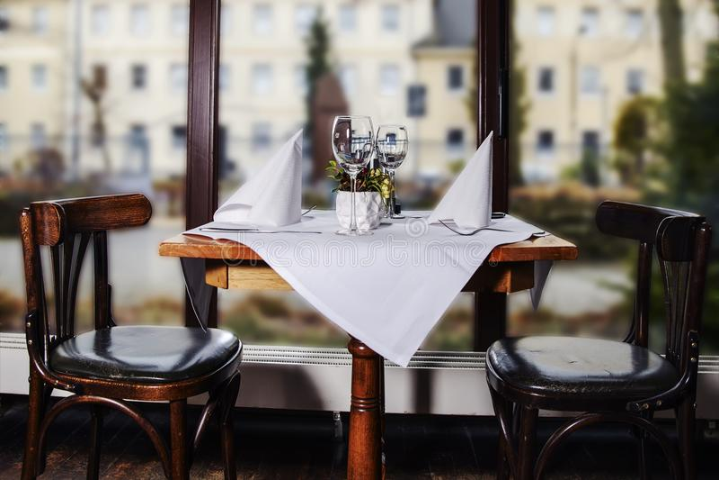 Intérieur vitré élégant de terrasse avec une table en vue de images stock