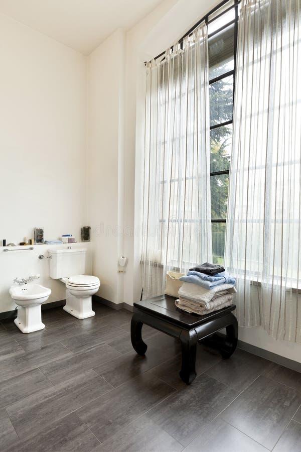 intérieur, vue de la salle de bains photos stock