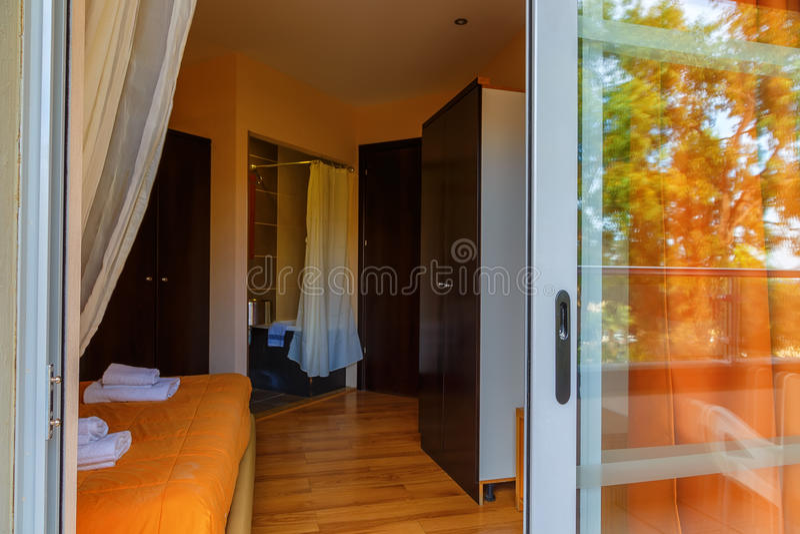 Intérieur, vue de pièce moderne d'hôtel de tourisme photo libre de droits