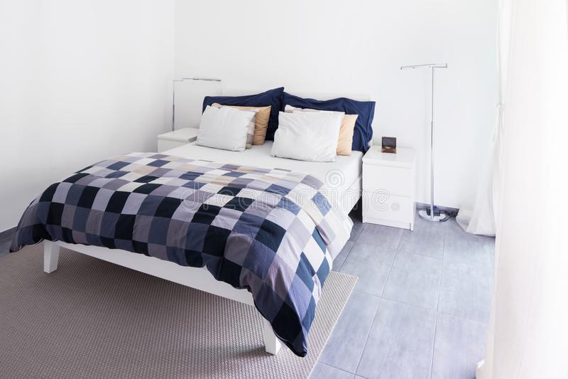 Intérieurs d'appartement meublé moderne, chambre à coucher image libre de droits