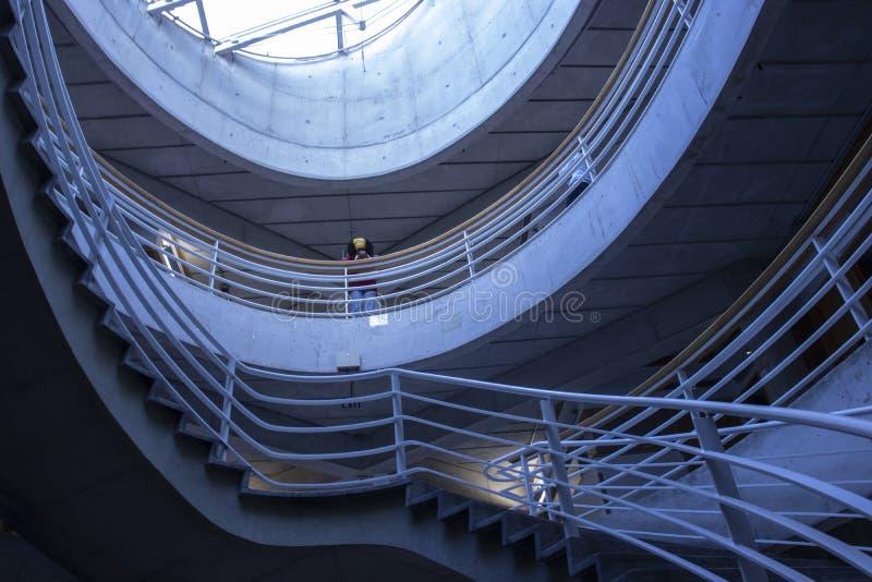 Intérieurs de bâtiment d'université de York avec les murs en béton et un plafond en verre avec des escaliers images libres de droits