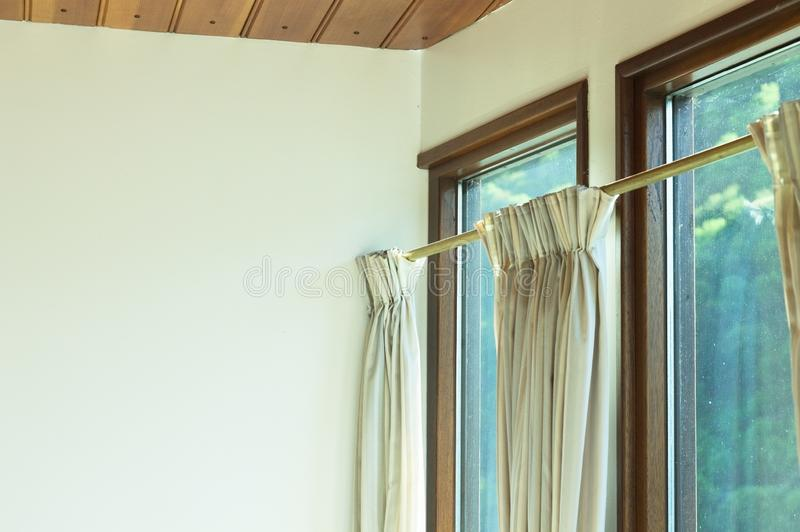Intérieurs de cru - rideaux blancs près d'un mur blanc Allemagne image libre de droits