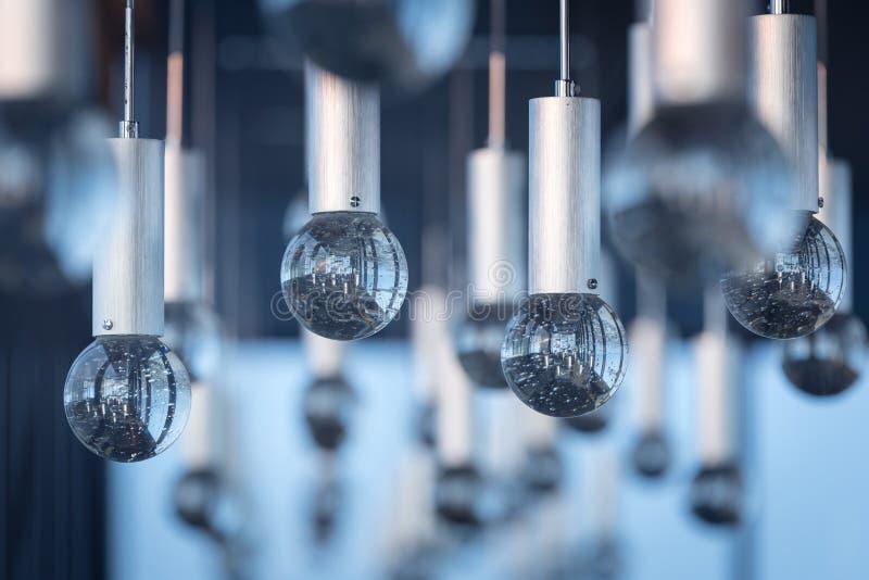 Intérieurs de luxe de fond de modèle de lumière de lustre photos stock