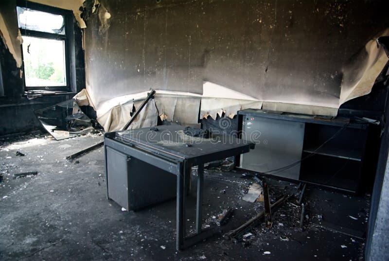 Intérieurs et meubles brûlés dans le bâtiment industriel photographie stock