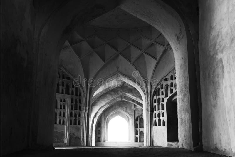 Intérieurs historiques de fort de Golkonda dans Moncochrome image libre de droits