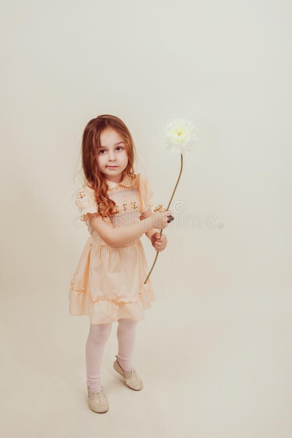 Int?gral de la belle petite fille dans la position de robe image libre de droits