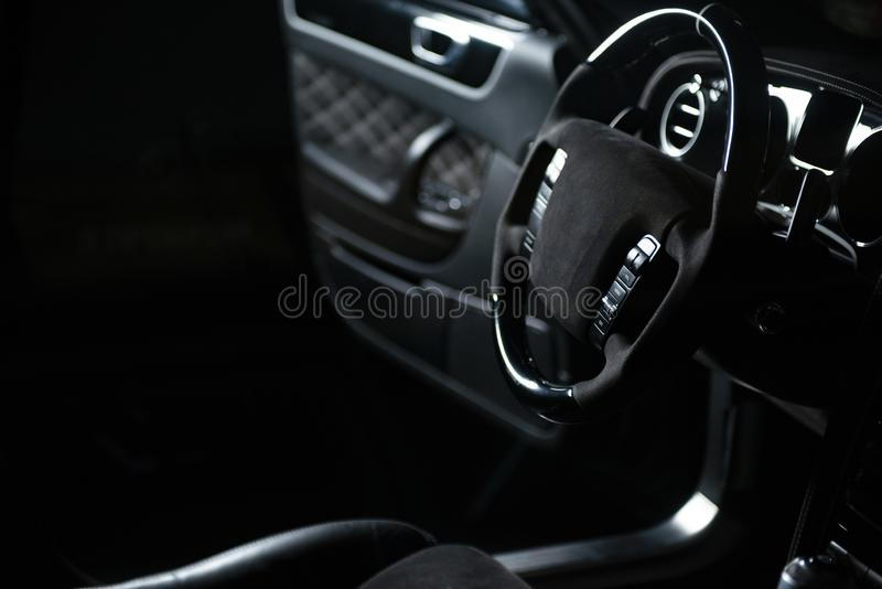 Int?rieur d'une voiture noire grise de luxe moderne, d?tail automatique image stock
