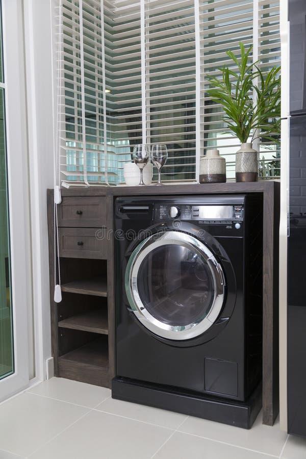 Int?rieur de cuisine moderne avec la machine ? laver photographie stock libre de droits
