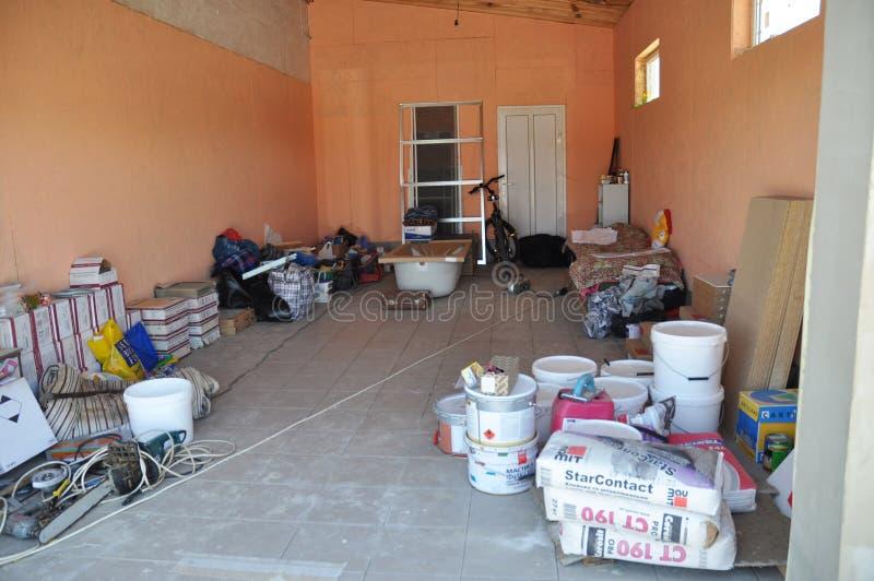 Int?rieur de garage Intérieur de garage de Chambre avec des déchets et des matériaux de construction de bâtiments images libres de droits