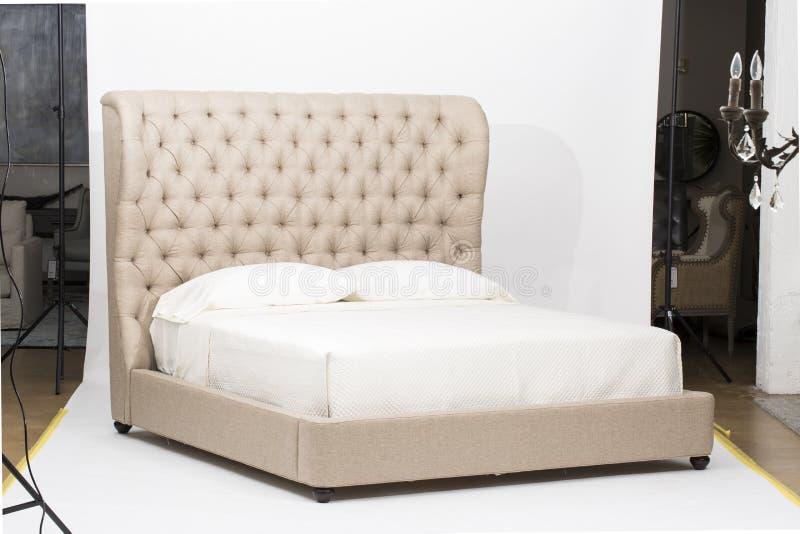Int?rieur moderne blanc et gris de chambre ? coucher avec un double lit de divan - image photos libres de droits
