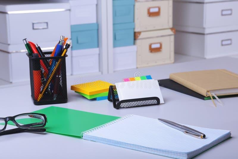 Int?rieur moderne de bureau avec des tables, des chaises et des biblioth?ques image libre de droits