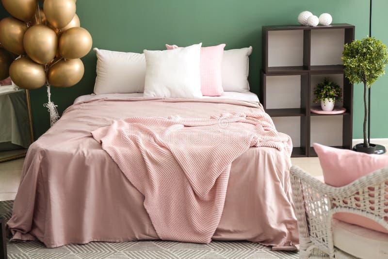 Int?rieur moderne de pi?ce avec le grand lit confortable photo stock