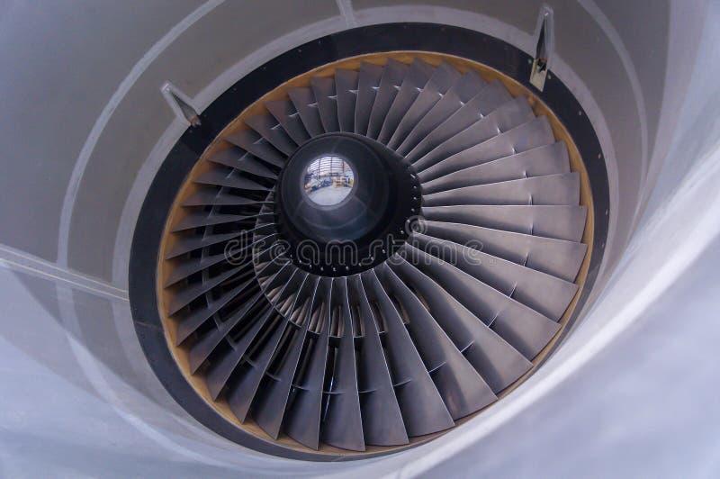 Intag- och fanblad av en jetmotor i Montreal, Kanada royaltyfri bild