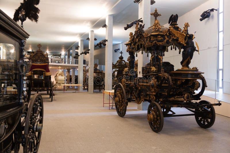 Intagelijkwagens in binnenland van Museu DE Carrosses Funebres stock afbeeldingen