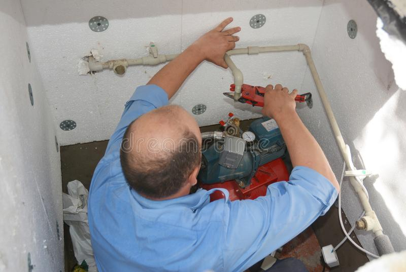 Intalling подрядчика и насосная воды ремонта Водяная помпа скважины стоковые фото