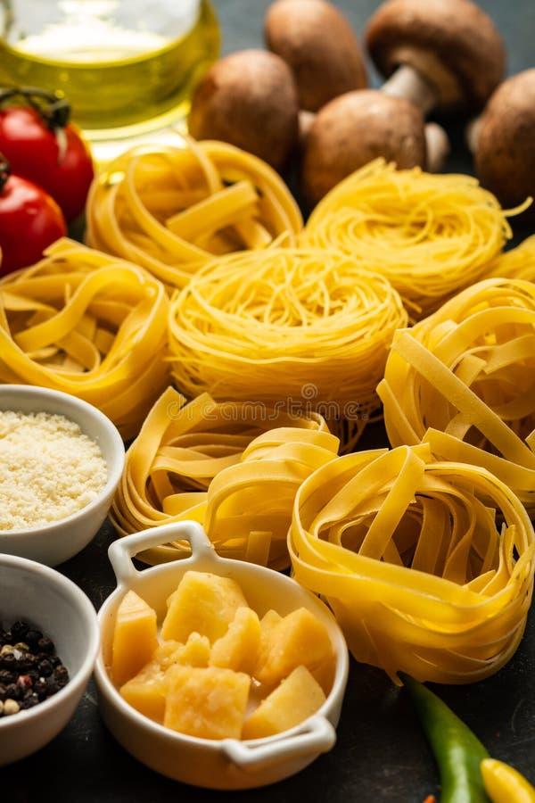 Inte lagad mat pasta, med en uppsättning av produkter och ingredienser för kuttrande royaltyfri fotografi