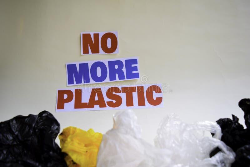 Inte mer plast- meddelande Det visar en plast- med motto och selektiv mer plast- text f?r fokus inte arkivfoton