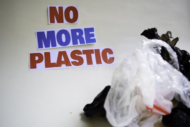 Inte mer plast- meddelande Det visar en plast- med motto och selektiv mer plast- text f?r fokus inte royaltyfria bilder