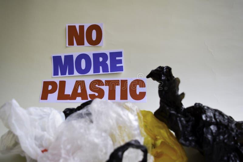 Inte mer plast- meddelande Det visar en plast- med motto och selektiv mer plast- text f?r fokus inte royaltyfri fotografi