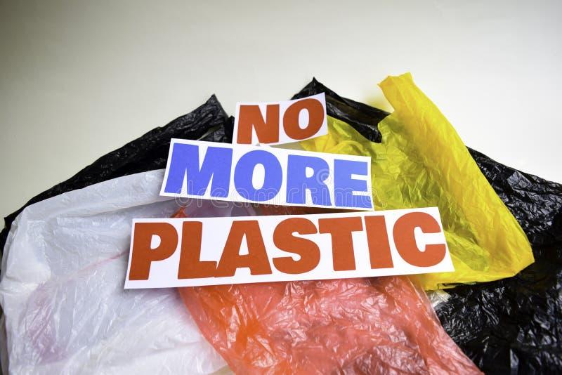 Inte mer plast- meddelande Det visar en plast- med motto och selektiv mer plast- text f?r fokus inte arkivbild