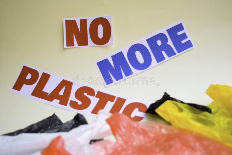 Inte mer plast- meddelande Det visar en plast- med motto och selektiv mer plast- text f?r fokus inte fotografering för bildbyråer