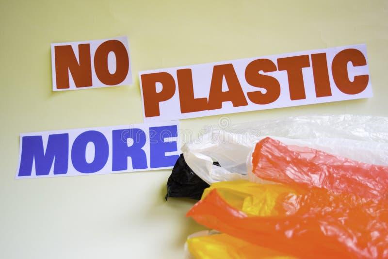 Inte mer plast- meddelande Det visar en plast- med motto och selektiv mer plast- text f?r fokus inte royaltyfri bild