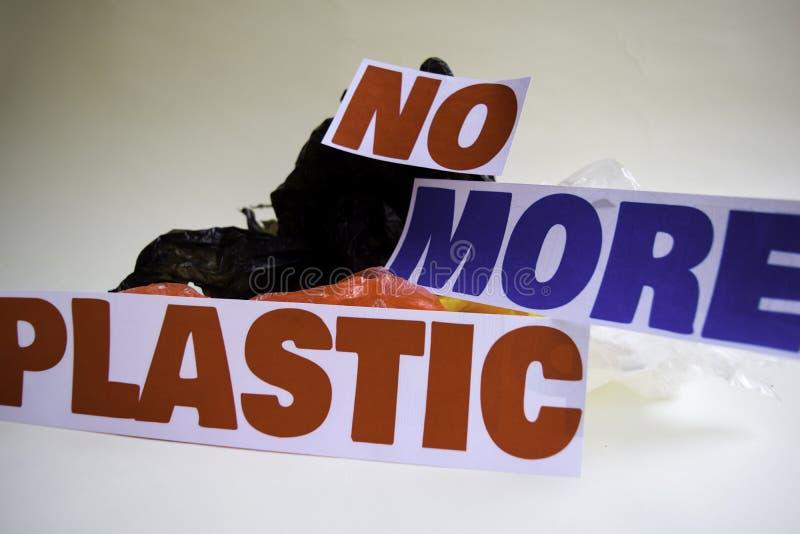 Inte mer plast- meddelande Det visar en plast- med motto och selektiv mer plast- text f?r fokus inte arkivbilder