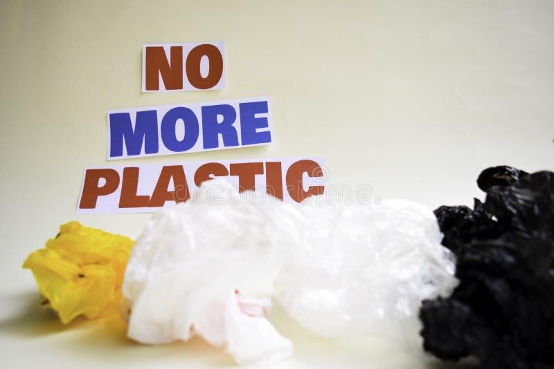Inte mer plast- meddelande Det visar en plast- med motto och selektiv mer plast- text f?r fokus inte arkivfoto