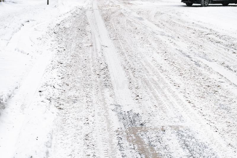 Inte rengjord snö-täckt hal stads- väg arkivbilder