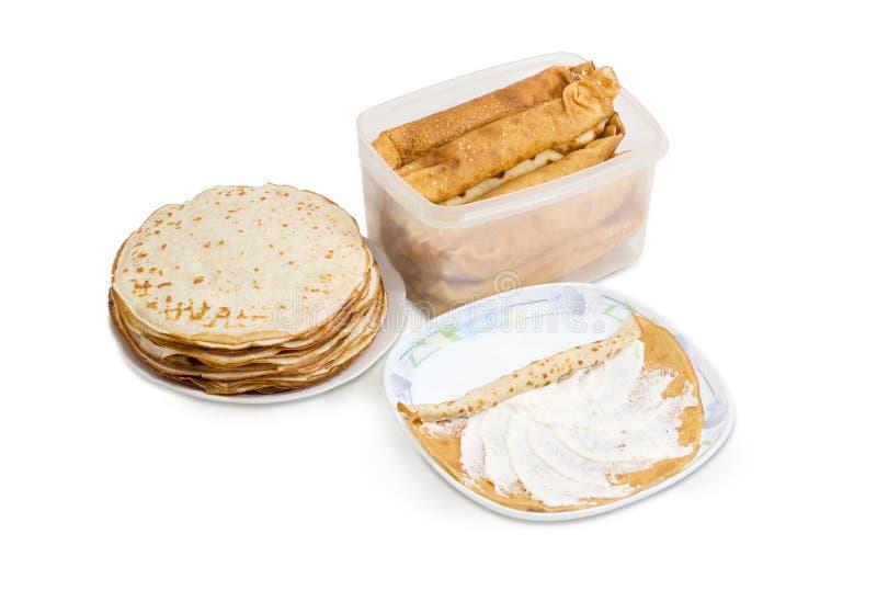 Inte rullande och rullande tunna pannkakor med kesofyllning royaltyfri bild