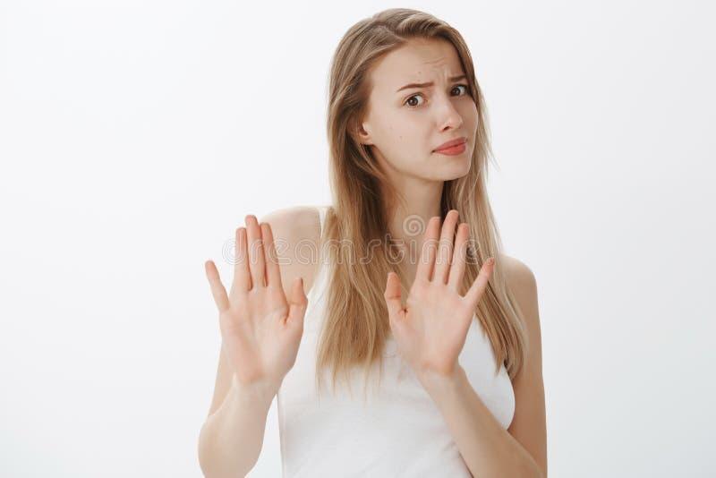 Inte tänker jag avskräden Bothered misshog den attraktiva populära kvinnliga studenten, visningkasserings somgesten med lyftt göm royaltyfri fotografi