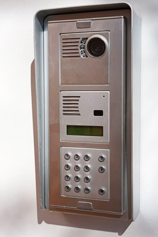 Intecom рядом с дверью стоковое изображение