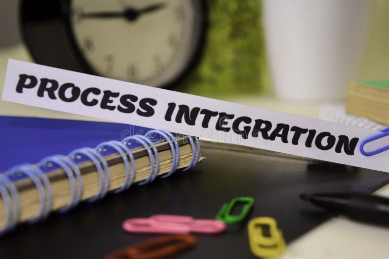 Integración de proceso en el papel aislado en él escritorio Concepto del negocio y de la inspiraci?n fotos de archivo