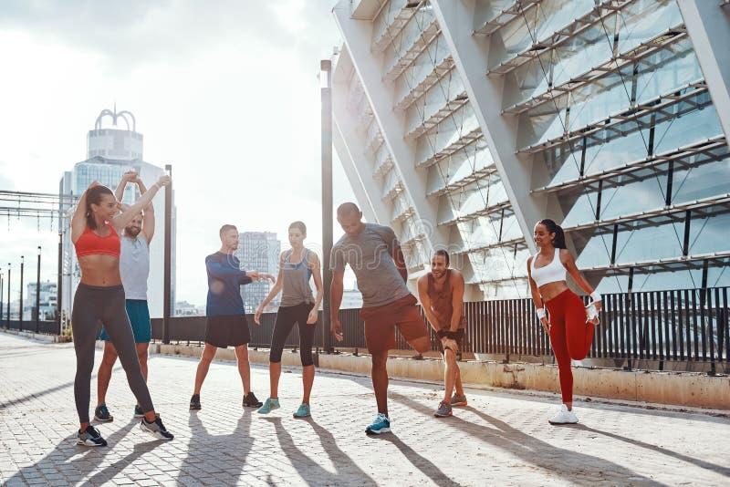 Integral de gente en ropa de los deportes imagen de archivo