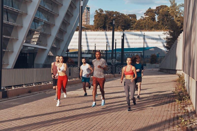 Integral de gente joven en ropa de los deportes foto de archivo