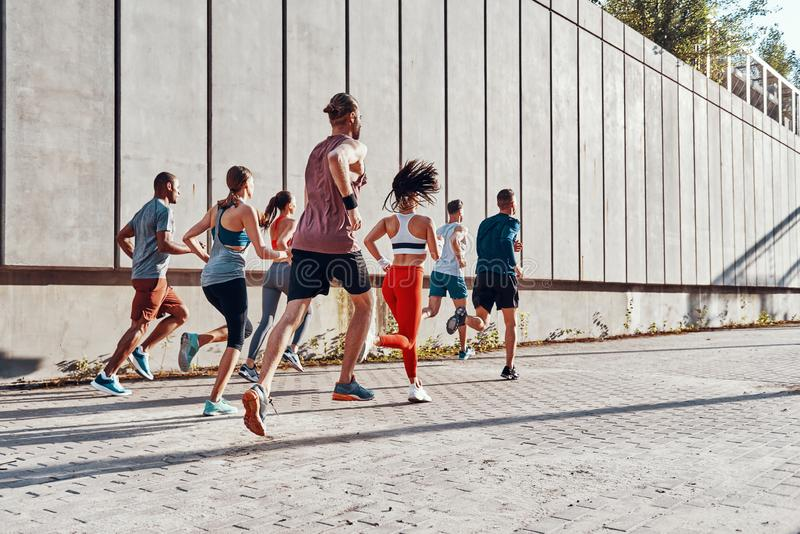 Integral de gente joven en ropa de los deportes foto de archivo libre de regalías