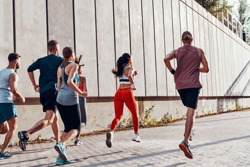 Integral de gente joven en ropa de los deportes imagen de archivo