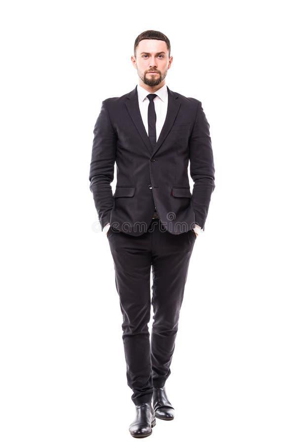 Integral de hombre joven confiado en formalwear y de las lentes que llevan a cabo las manos en bolsillos y que miran la cámara mi fotografía de archivo libre de regalías