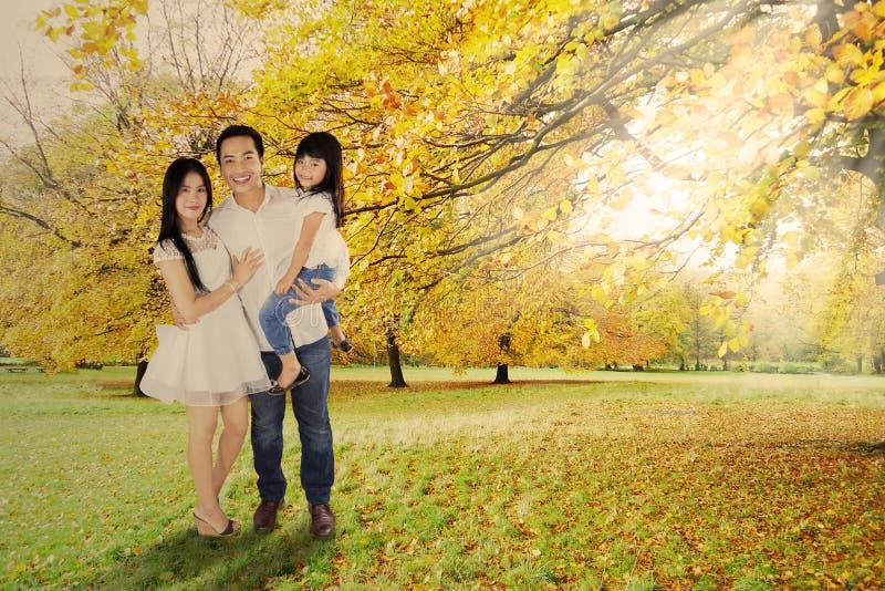 Integral de la familia debajo de árbol del otoño imágenes de archivo libres de regalías