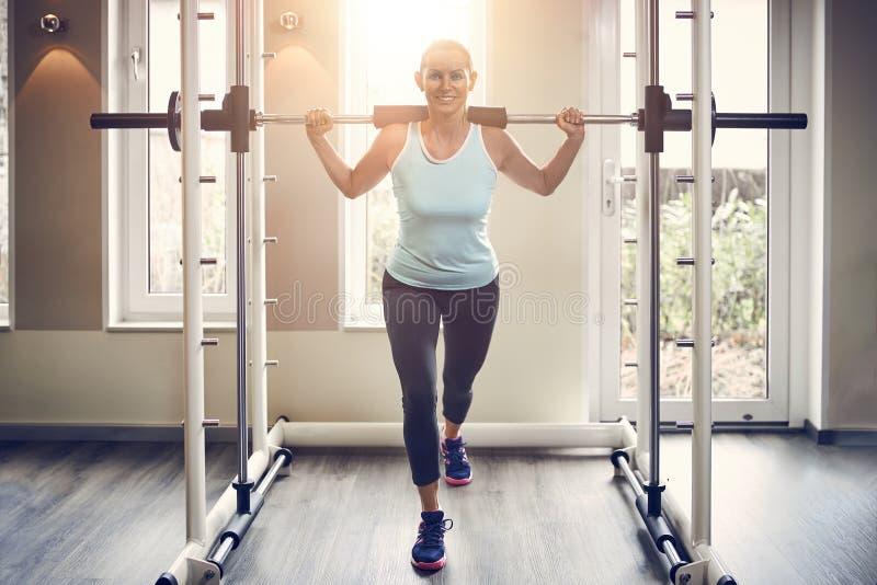 Integral de mujer de mediana edad en ropa de deportes foto de archivo