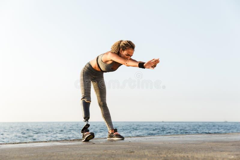 Integral de mujer discapacitada enfocada del atleta imagen de archivo libre de regalías